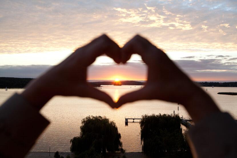 Herzhand mit Sonnenuntergang